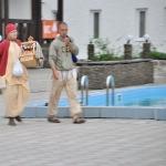 Бхакти Вишрамбха Мадхава Махарадж с переносным алтарём