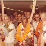 Prabhupada arriving in Melbourne in 1975. Слева Мадхудвиша