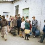 025 Люди ждут горячую пищу от кришнаитов