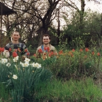 105 Вани-Пати дас и Стока-Кришна дас в грозненских цветах