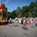 002 Преданные танцуют в начале праздника