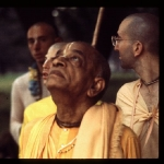 CT15-120 Srila Prabhupada gazes upward. Devotees stand behind him. New York, 1972