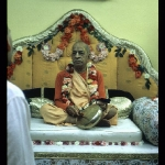 CT10-005 Шрила Прабхупада на вьясасане с гонгом