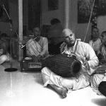 16 Brahmananda Maharaja играет на мриданге, Вишнуджана поет киртан