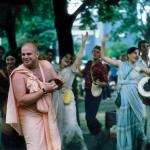 01 Брахмананда Махарадж и Вишнуджана Махарадж ведут киртан