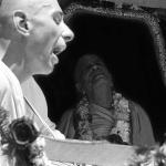 20 Вишнуджана Свами рядом с Прабхупадой