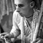 03 Вишнуджана Свами держит четки инициирующихся бхакт