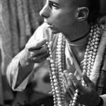 04 Вишнуджана Свами держит четки инициирующихся бхакт