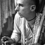 06 Вишнуджана Свами держит четки инициирующихся бхакт