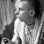 08 Вишнуджана Свами держит четки инициирующихся бхакт