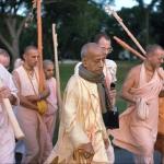 04 слева с дандой на плече Брахмананда Свами
