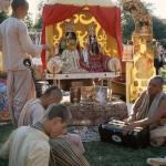 Вишнуджана играет для Божеств Радха-Дамодара 2