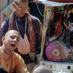 Вишнуджана играет для Божеств Радха-Дамодара 3
