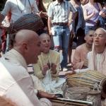 Вишнуджана играет для Божеств Радха-Дамодара 4