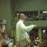 Вишнуджана проповедует в зале