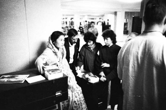Гаятри д.д. распространяет книжки (1987-88. Ессентуки)